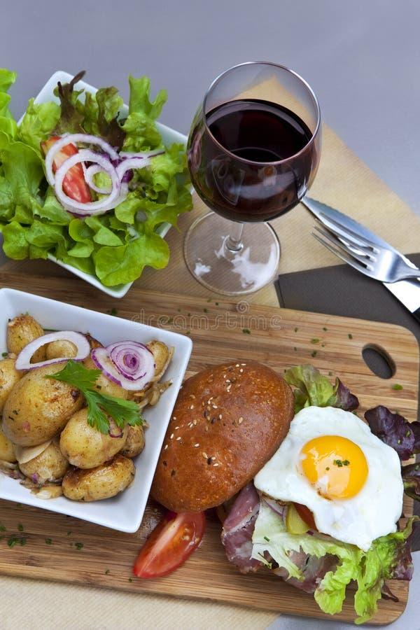 Hamburger en salade stock fotografie