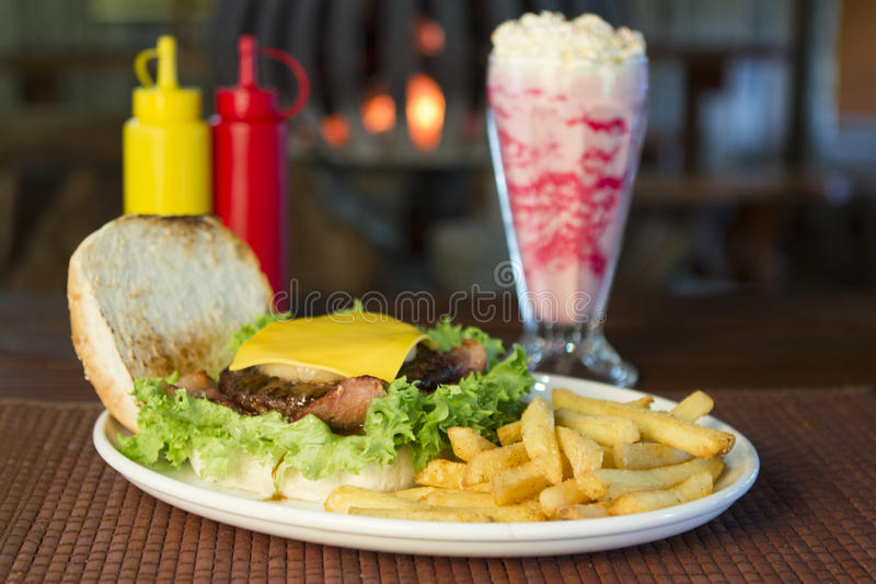 Hamburger en spaanders met een milkshake royalty-vrije stock foto