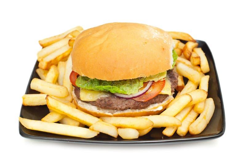 Hamburger en spaanders op een plaat stock fotografie