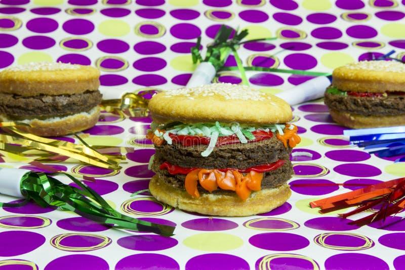 Hamburger et cheeseburgers d'imposteur de dessert avec le strea coloré photographie stock libre de droits