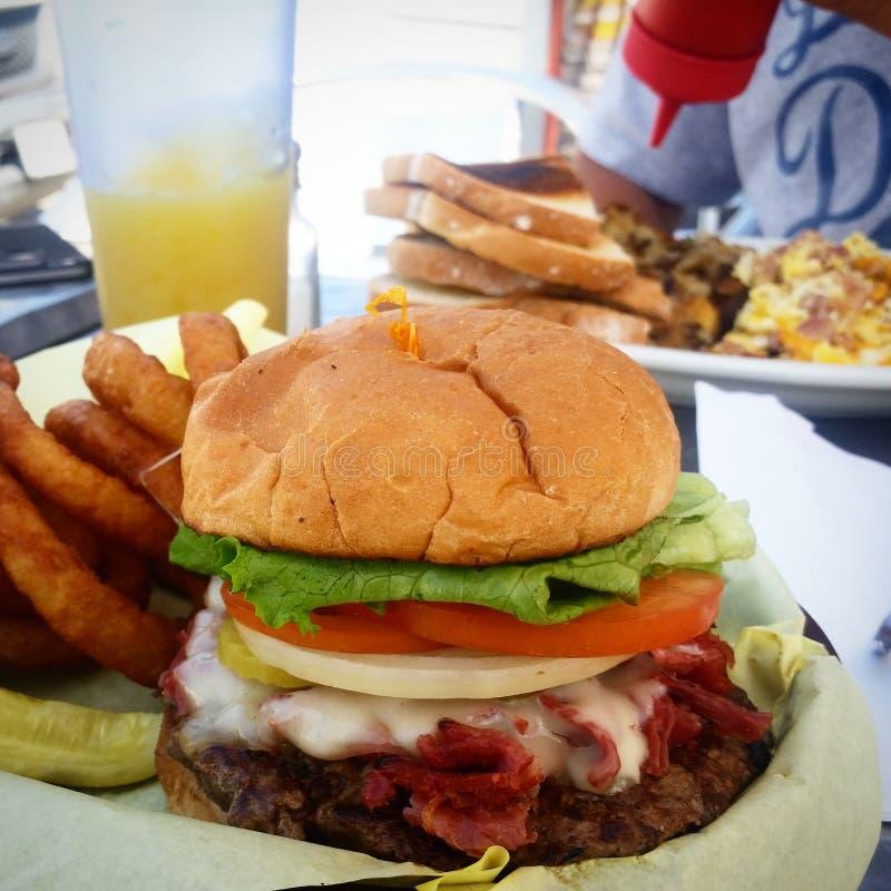 Hamburger et fritures images stock