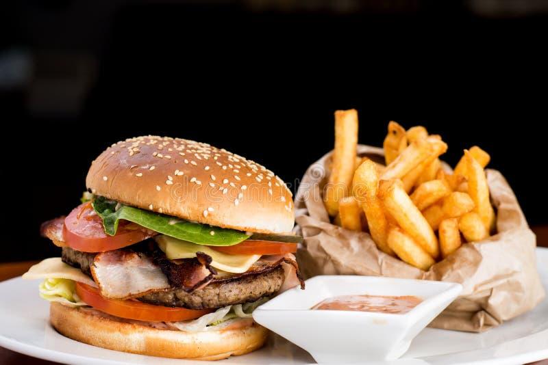 Hamburger et fritures de fromage photographie stock