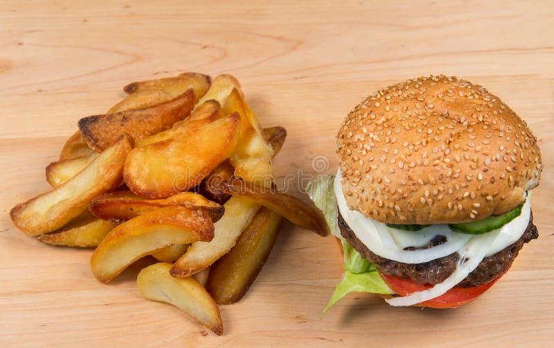 Hamburger et pommes frites d'aliments de préparation rapide image libre de droits