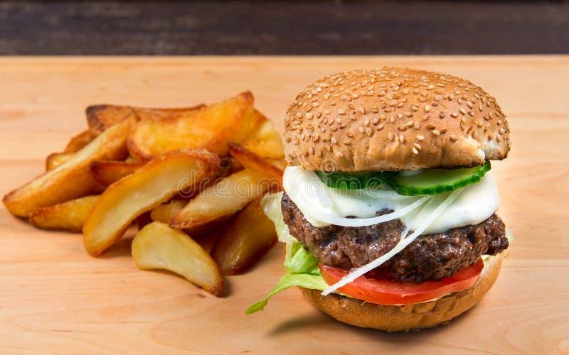 Hamburger et pommes frites d'aliments de préparation rapide photo stock