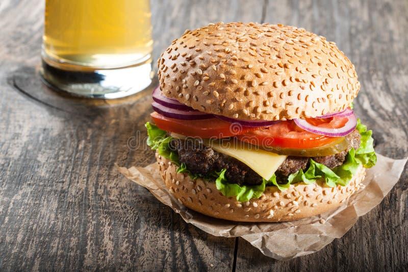 Hamburger et un verre de bière photos libres de droits