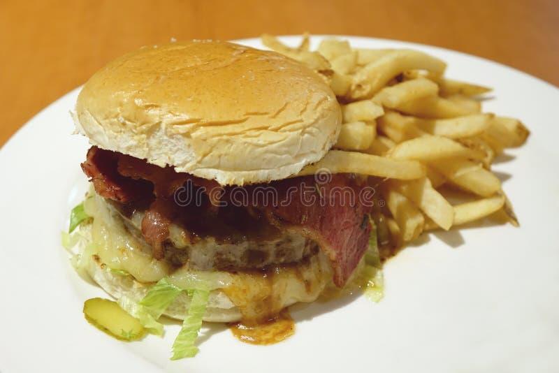 Hamburger fait maison avec des pommes frites image libre de droits