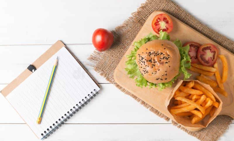 Hamburger fait maison avec les pommes frites et le carnet image libre de droits