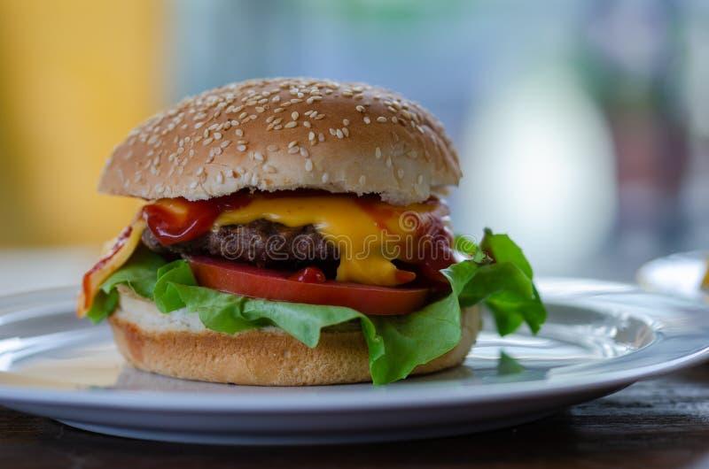 Hamburger fait maison sur le plat photo stock