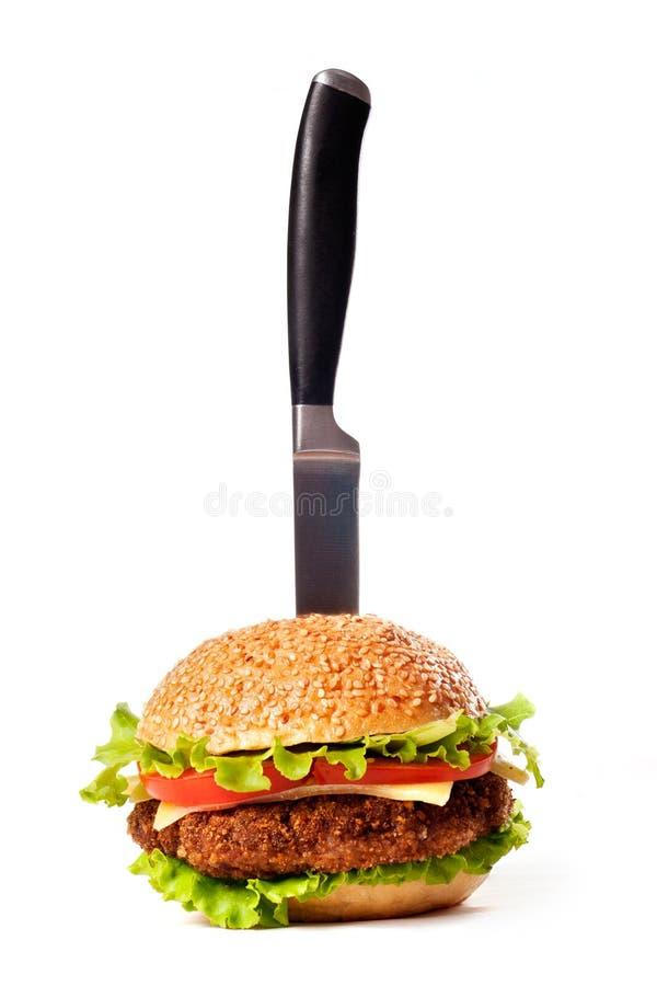 Hamburger fixado com faca imagens de stock