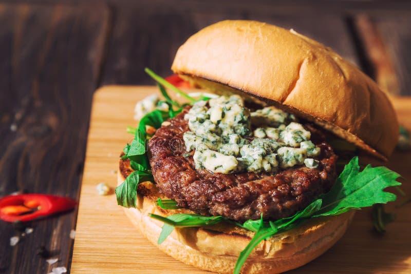 Hamburger frais avec du fromage bleu et l'arugula photographie stock libre de droits