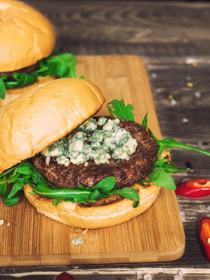 Hamburger frais avec du fromage bleu et l'arugula photo stock