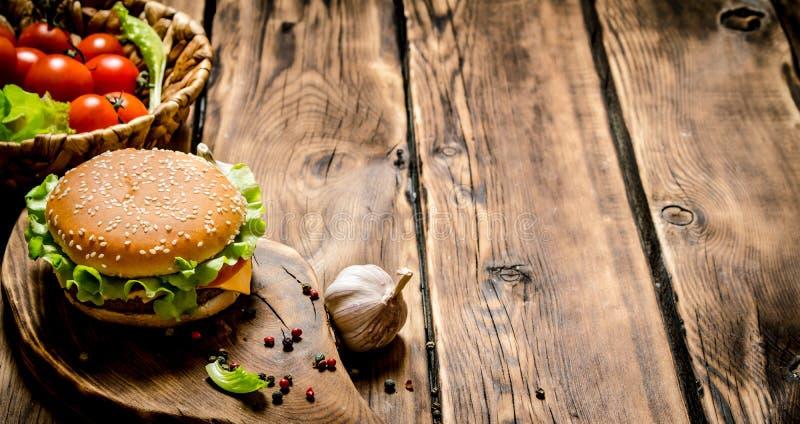 Hamburger frais avec les légumes, la viande et les épices image libre de droits