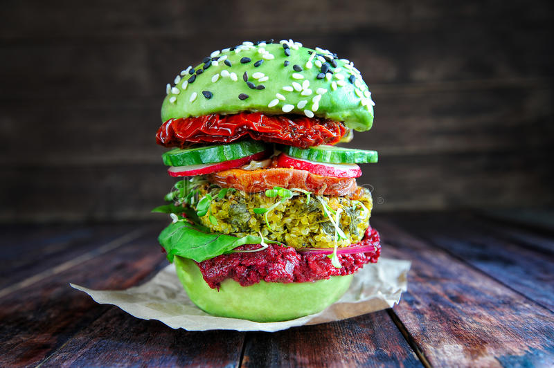 Hamburger frais d'avocat avec le quinoa photo stock