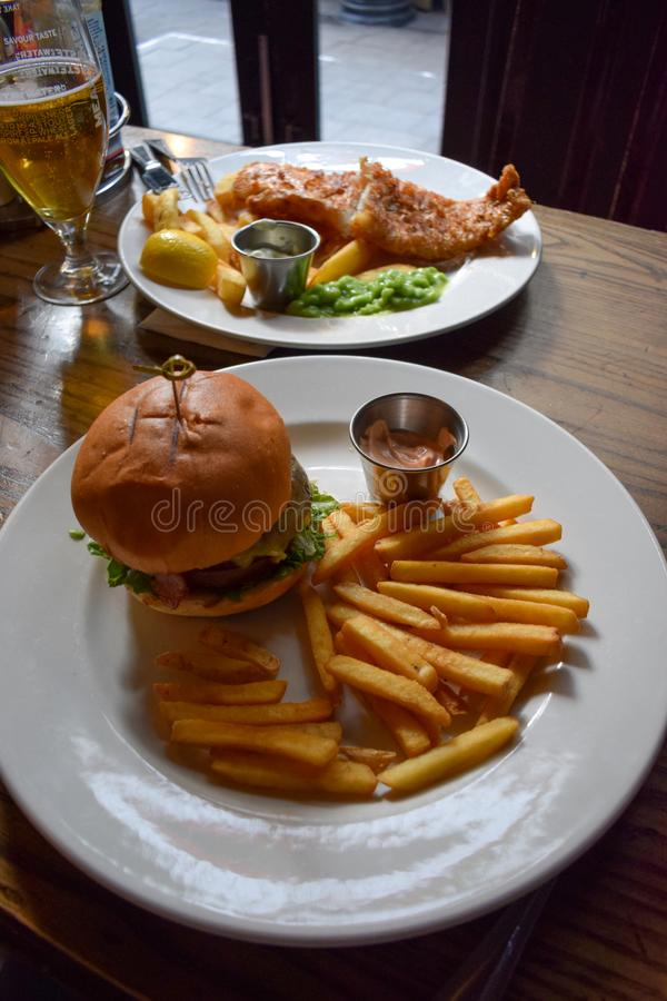 Hamburger frais et savoureux de boeuf et poisson-frites traditionnels britanniques photo libre de droits
