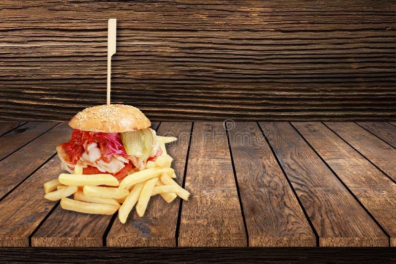 Hamburger frais et savoureux de veggie sur un fond en bois noir veganburger le concept des aliments sains et sains avec le microg images stock