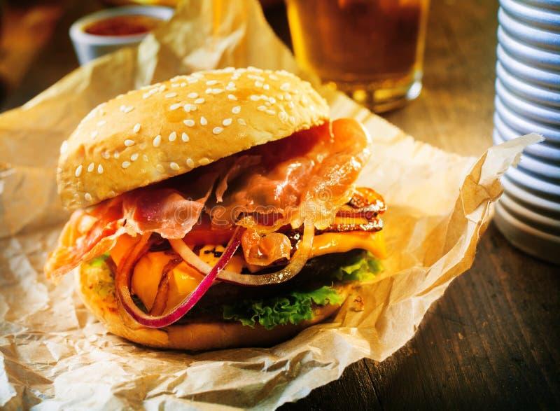 Hamburger fresco delicioso em um bolo do sésamo foto de stock royalty free