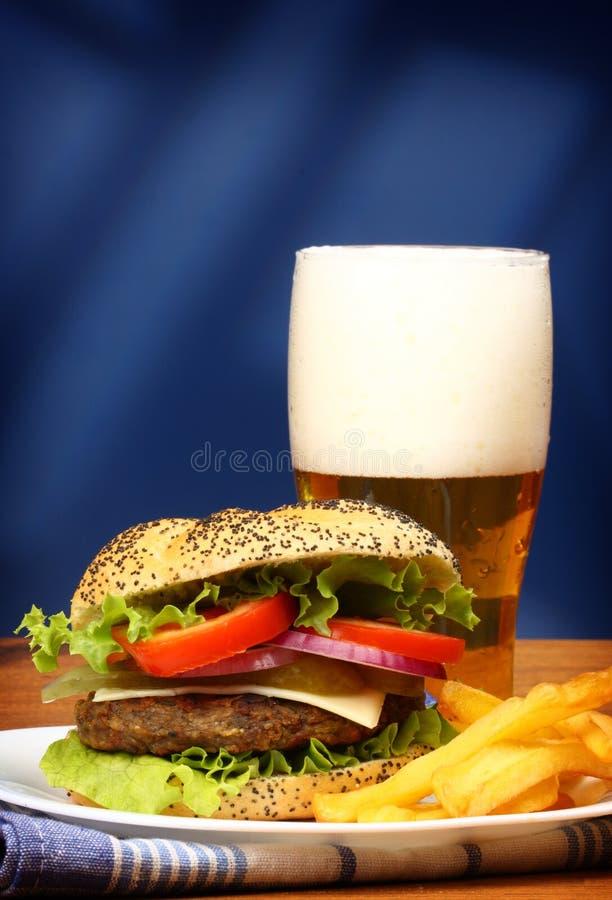 Hamburger, frieten en bier stock fotografie