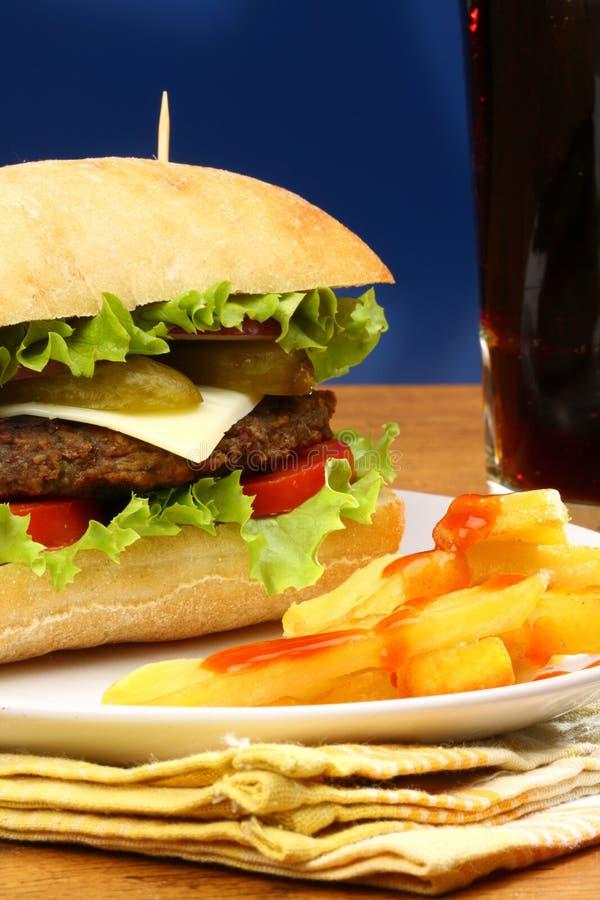 Hamburger, frieten en frisdrank stock foto's