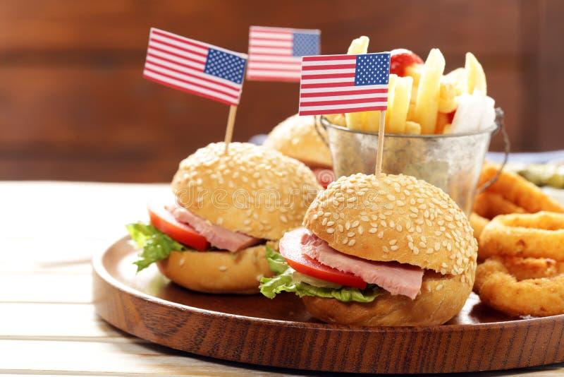 Hamburger, frieten en van uiringen voedsel stock fotografie