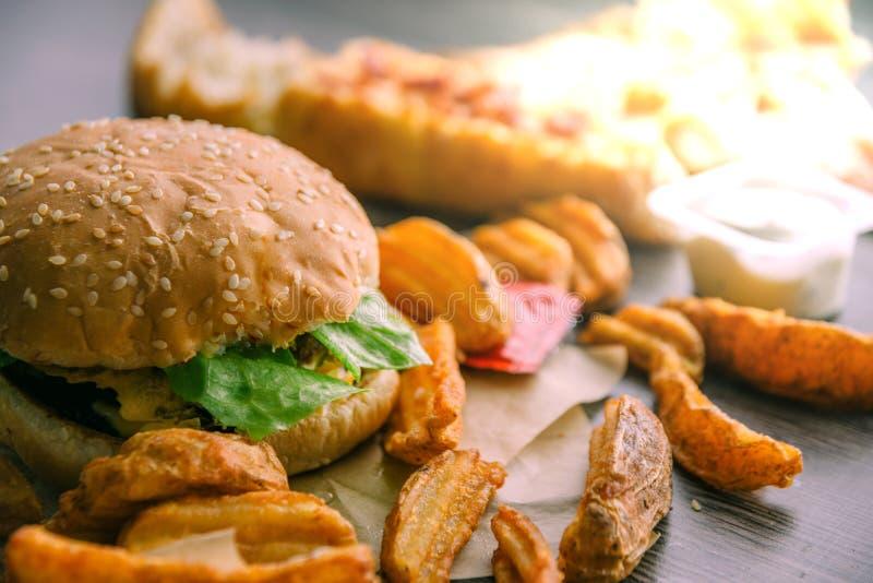 Hamburger, frieten luxe, pizza, kaas, sla en zure roomsaus royalty-vrije stock foto's