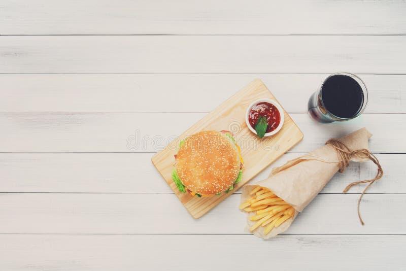 Hamburger, frites et kola au bois blanc images stock