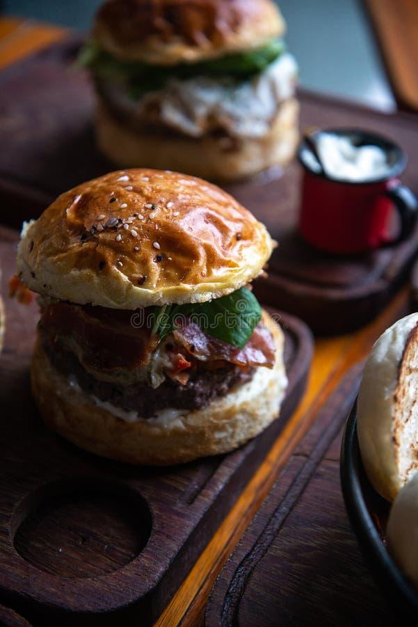 Hamburger gastronome pour le déjeuner images stock