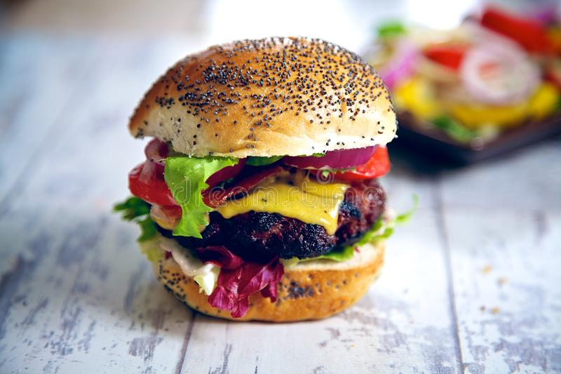 Hamburger gastronomico casalingo fotografie stock
