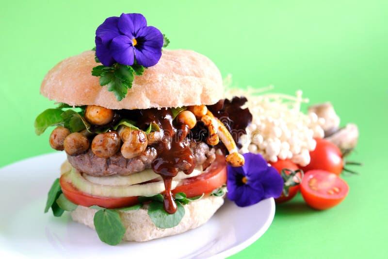 Hamburger gastronomico del fungo con la salsa della sgocciolatura fotografia stock
