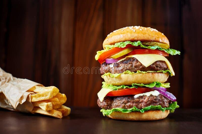 Hamburger grande com fritadas francesas imagem de stock