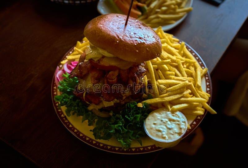 Hamburger grande mesmo - hamburguer finlandês com salada fresca e as batatas fritadas fotos de stock