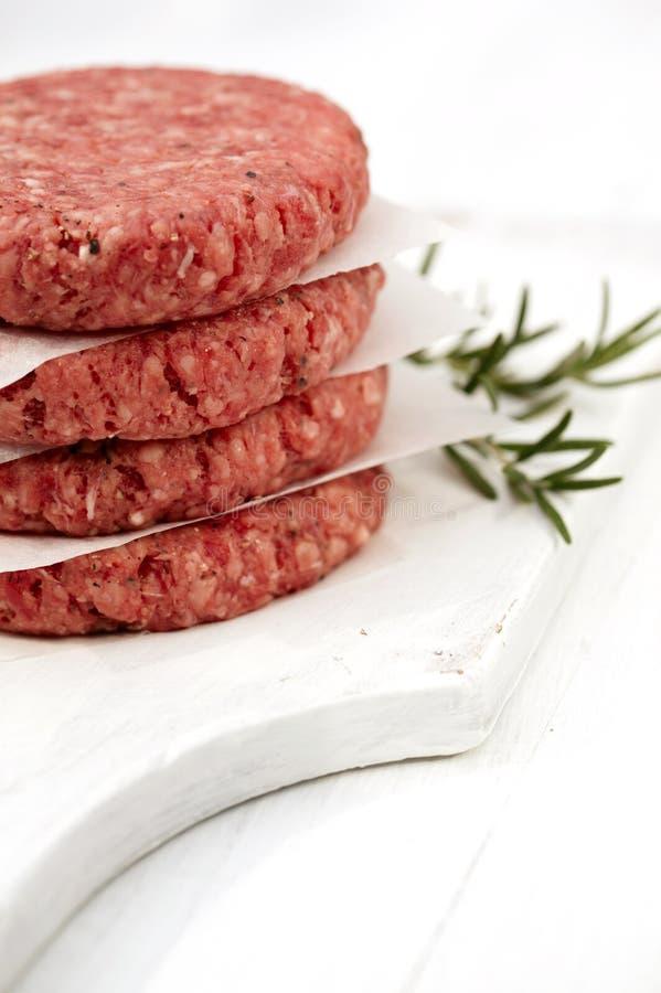 Hamburger grezzi per gli hamburger, in un mucchio fotografia stock libera da diritti