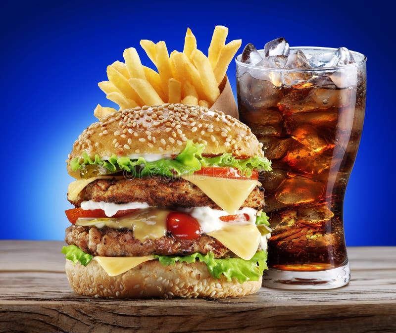 Hamburger, grula dłoniaki, kola napój obrazy stock
