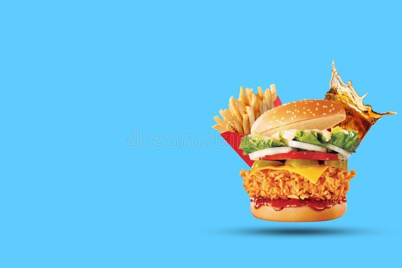 Hamburger, grula dłoniaki, kola napój Takeaway jedzenie Fast food zdjęcie stock