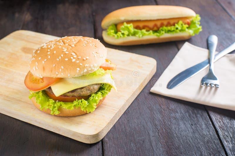 Hamburger, Hotdog auf dem hölzernen Hintergrund lizenzfreie stockfotografie