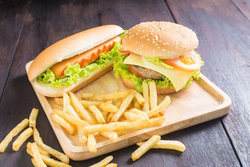 Hamburger, Hotdog, Pommes-Frites auf dem Holz stockfotos