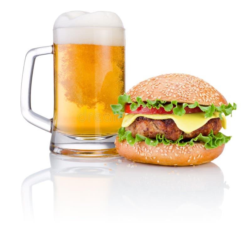 Hamburger i kubek piwo odizolowywający na białym tle obrazy royalty free