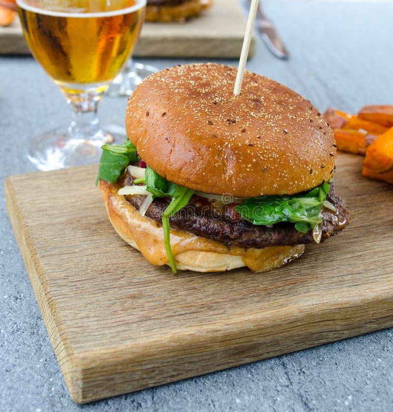 Hamburger i piwo zdjęcia royalty free