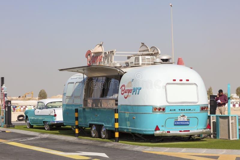 Hamburger jama - Karmowa ciężarówka w Dubaj obrazy royalty free