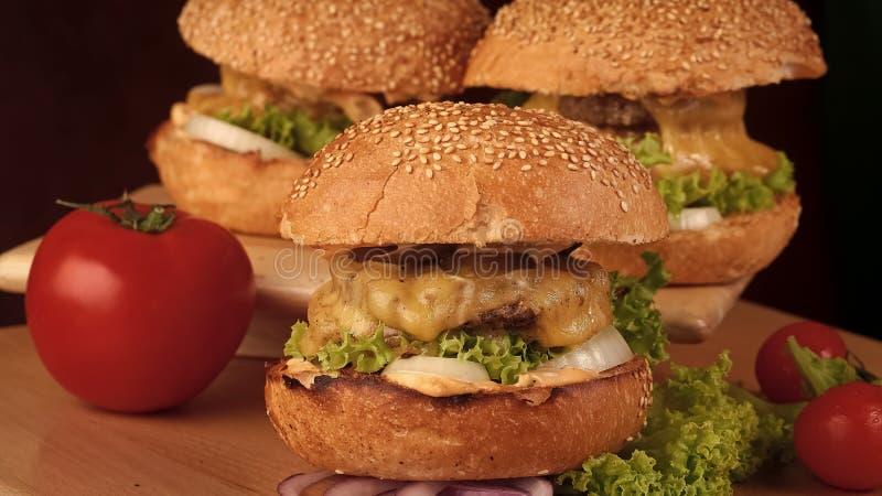 hamburger Jeden duży smakowity apetyczny świeży hamburger zdjęcie royalty free