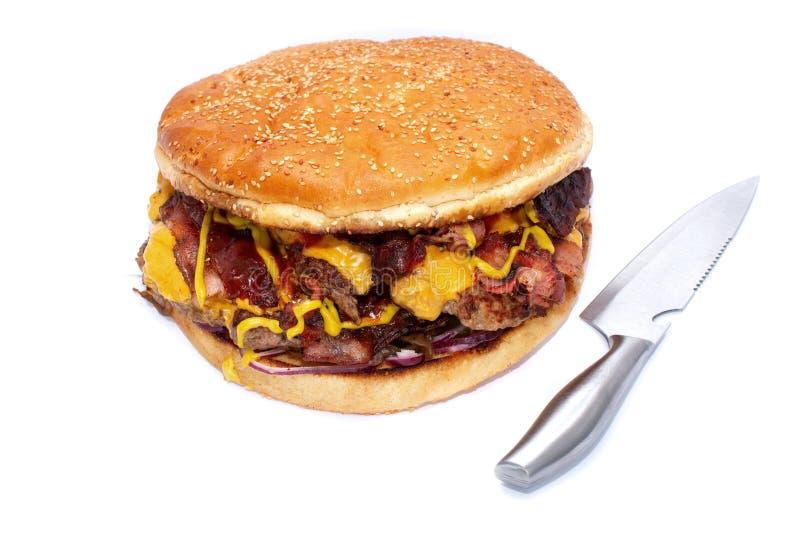 Hamburger juteux d?licieux ?norme avec le lard, les c?telettes de boeuf, la laitue fra?che, les tomates, la sauce, l'oignon, le f photos stock