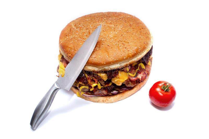 Hamburger juteux d?licieux ?norme avec le lard, les c?telettes de boeuf, la laitue fra?che, les tomates, la sauce, l'oignon, le f photographie stock libre de droits