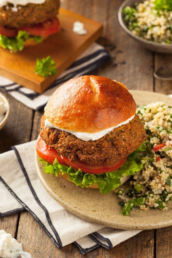 Hamburger méditerranéen fait maison de Falafel photographie stock