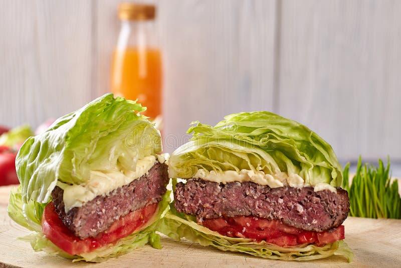 Hamburger medio dell'arrosto di manzo con insalata, senza panini immagine stock libera da diritti