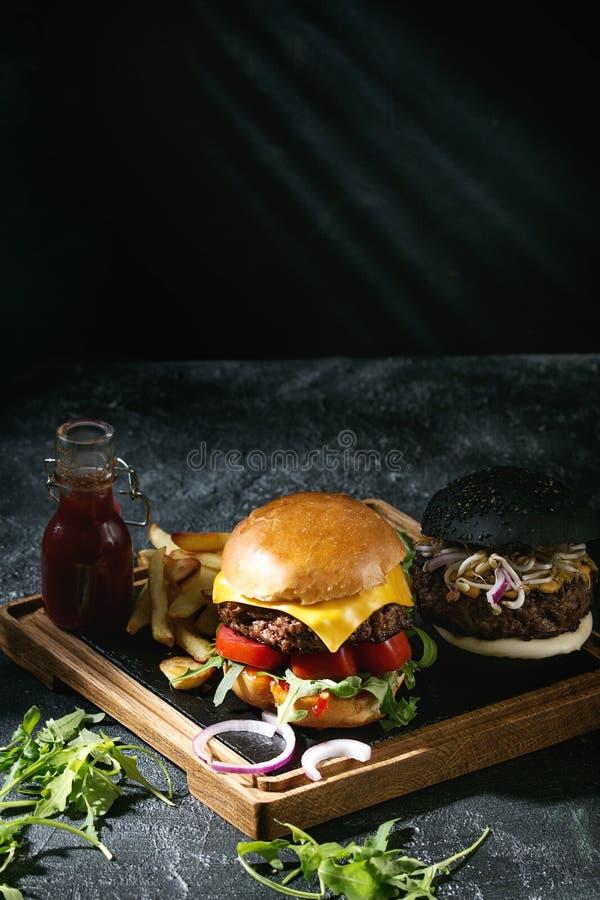 Hamburger met frieten stock foto