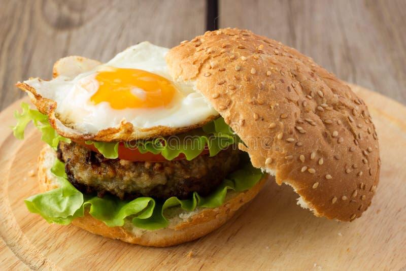 Hamburger met gebraden ei stock foto