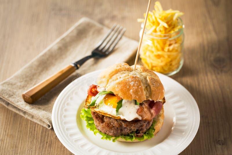 Hamburger met gebraden ei royalty-vrije stock afbeelding