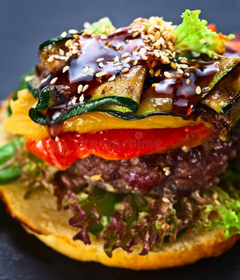 Hamburger met geroosterde groenten stock afbeelding