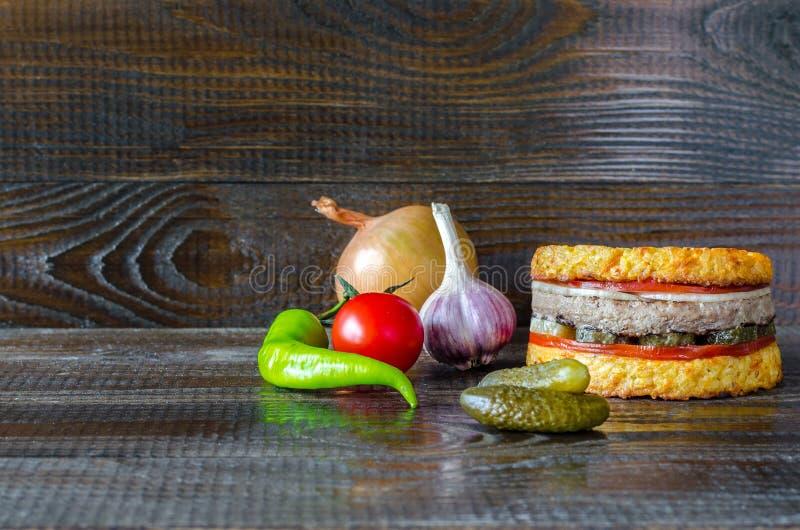 Download Hamburger met groenten stock afbeelding. Afbeelding bestaande uit gezond - 107701223