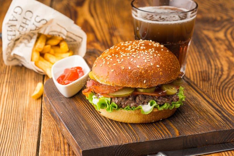 Hamburger met grof gehakt vlees, rode saus en aardappels stock foto