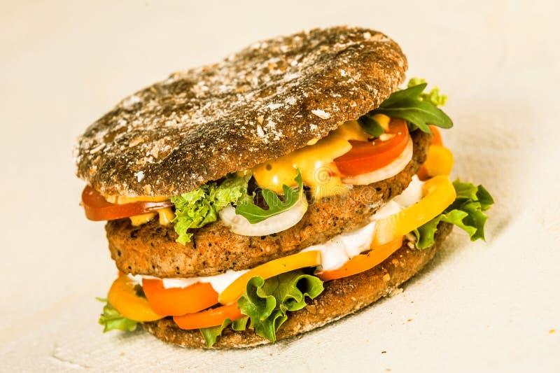 Hamburger met Pasteitje, Kaas en Verse Veggies stock fotografie